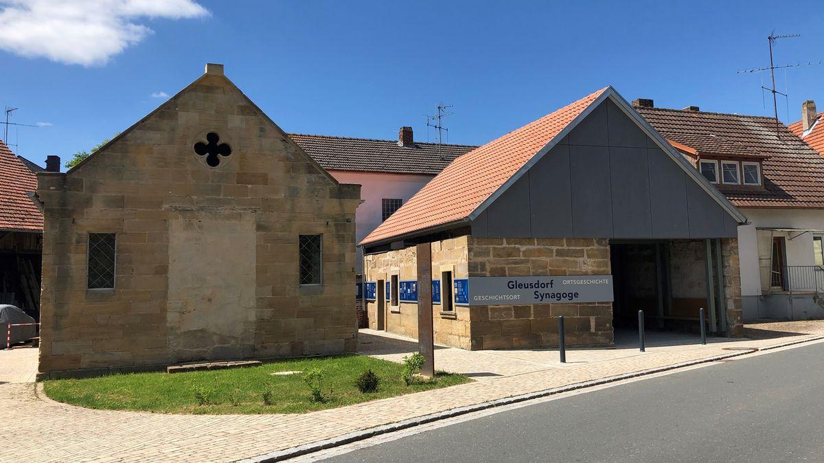 Wieder eröffnete Synagoge in Gleusdorf (links) mit Nebengebäude