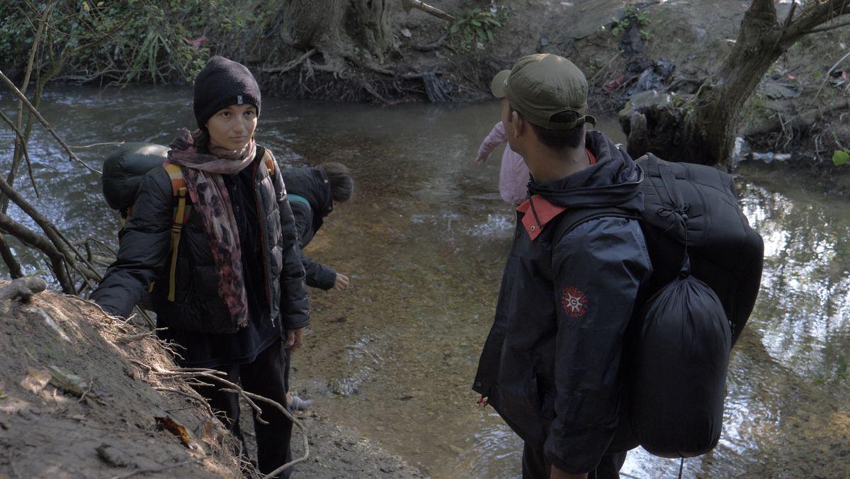 Auch die 16-jährige Nazila aus Afghanistan wird bei dem drohnengefilmten Pushback illegal zurückgewiesen. Sie hätten nach Asyl gefragt und seien geschlagen worden