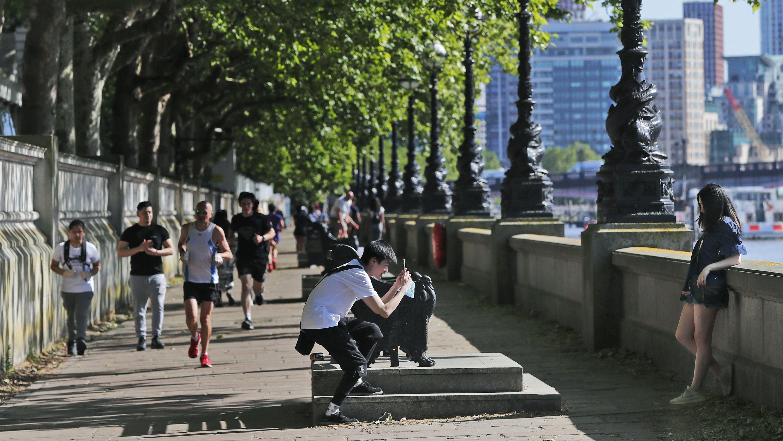 Die Menschen in London genießen das sonnige und warme Wetter an den Ufern der Themse.