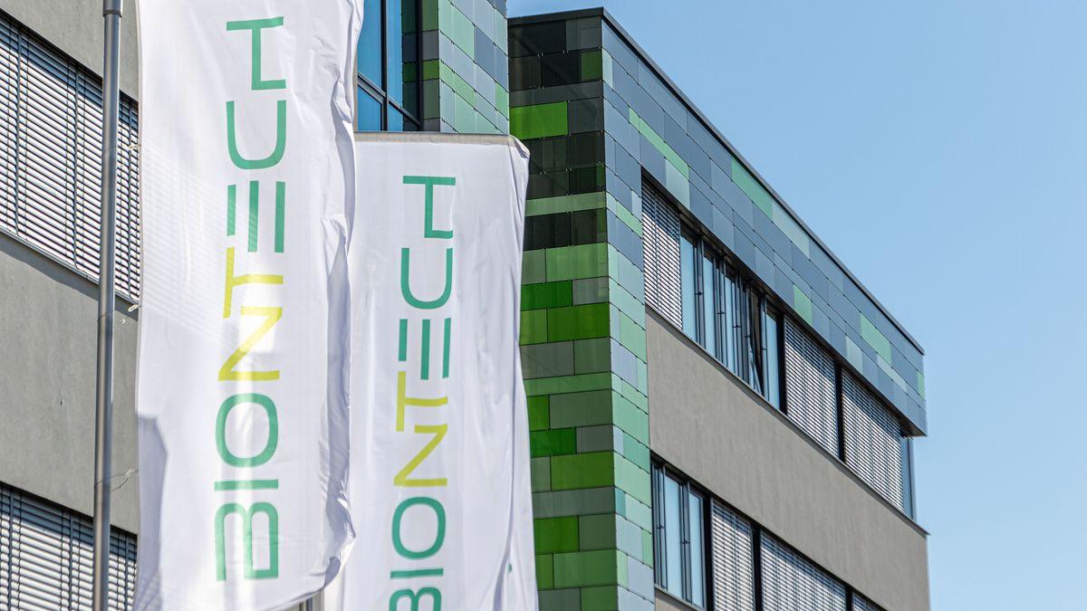 Biontech AG, Flaggen am Firmengebäude