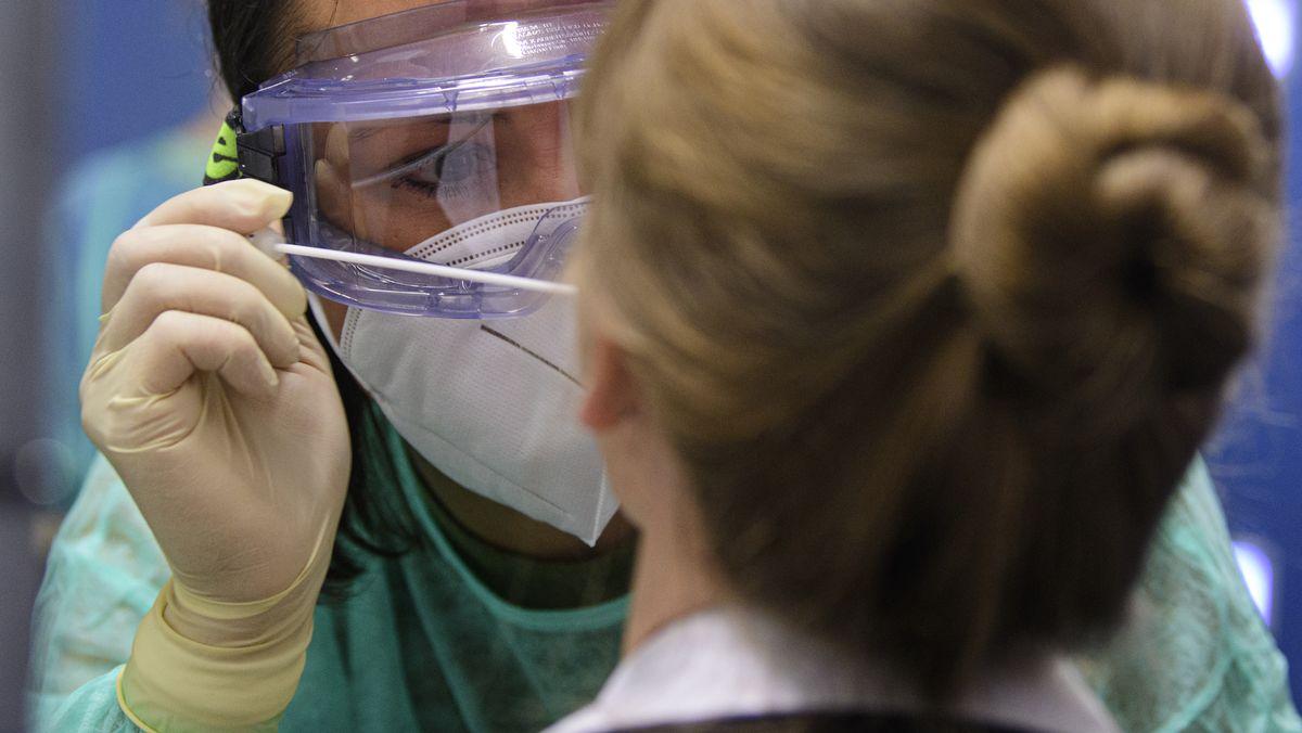 Ärztin nimmt einen Corona-Abstrich (Symbolbild)