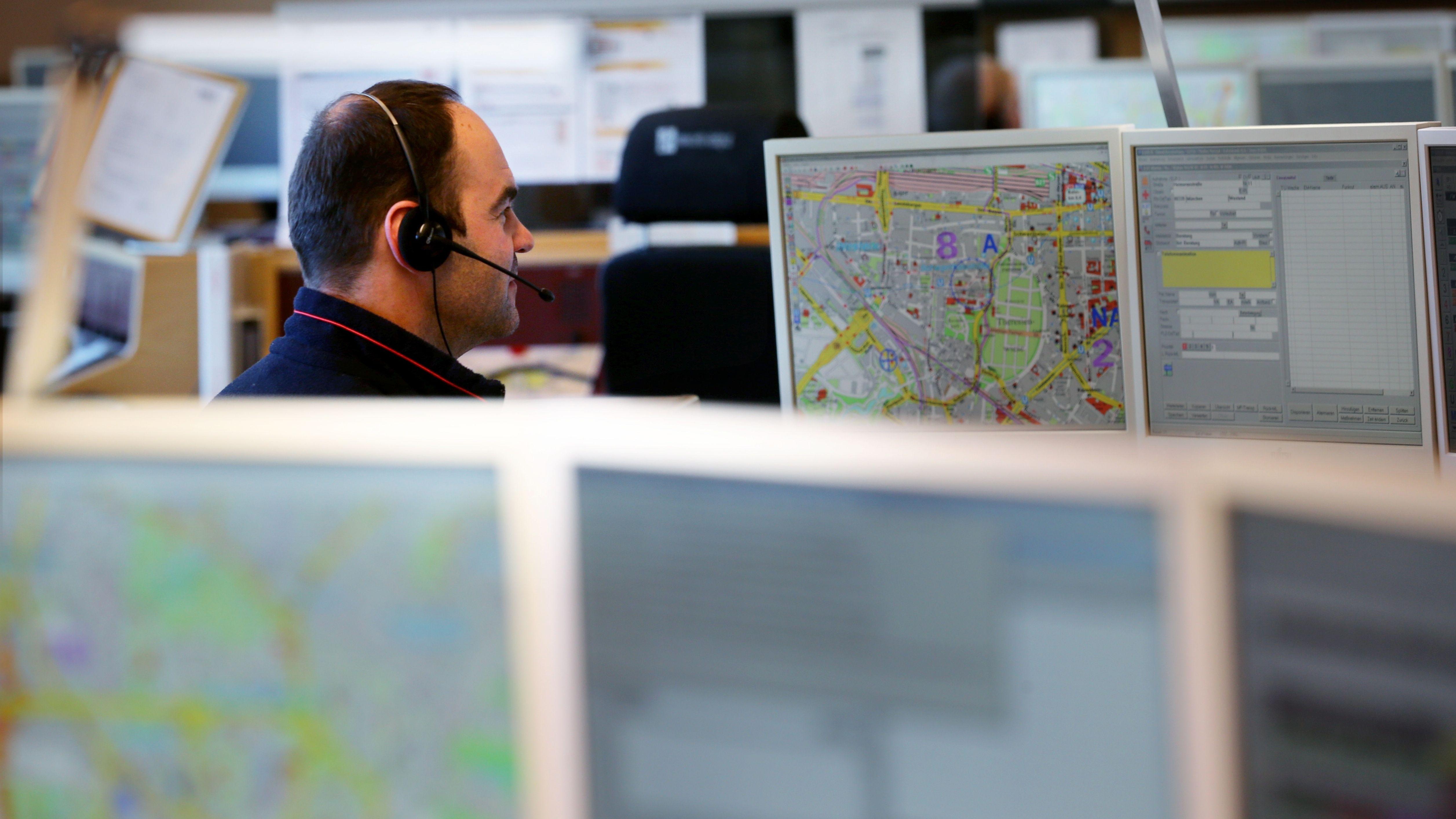 In vielen Notrufzentralen ist wegen des erwarteten Orkans zusätzliches Personal einteilt worden.