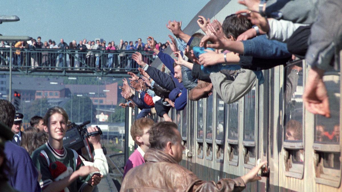 Ankunft der Flüchtlinge aus der Prager Botschaft am 05.10.1989 im Bahnhof Hof (Bayern).