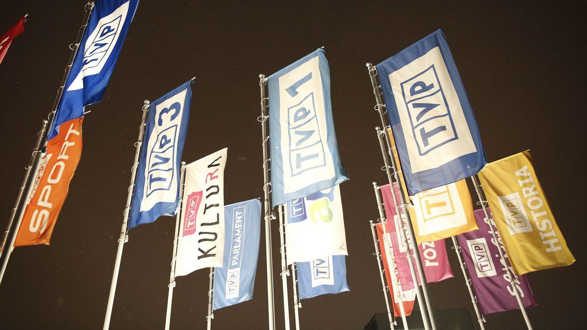 Flaggen mit den Logos verschiedener TV-Sender von TVP (Archivbild)