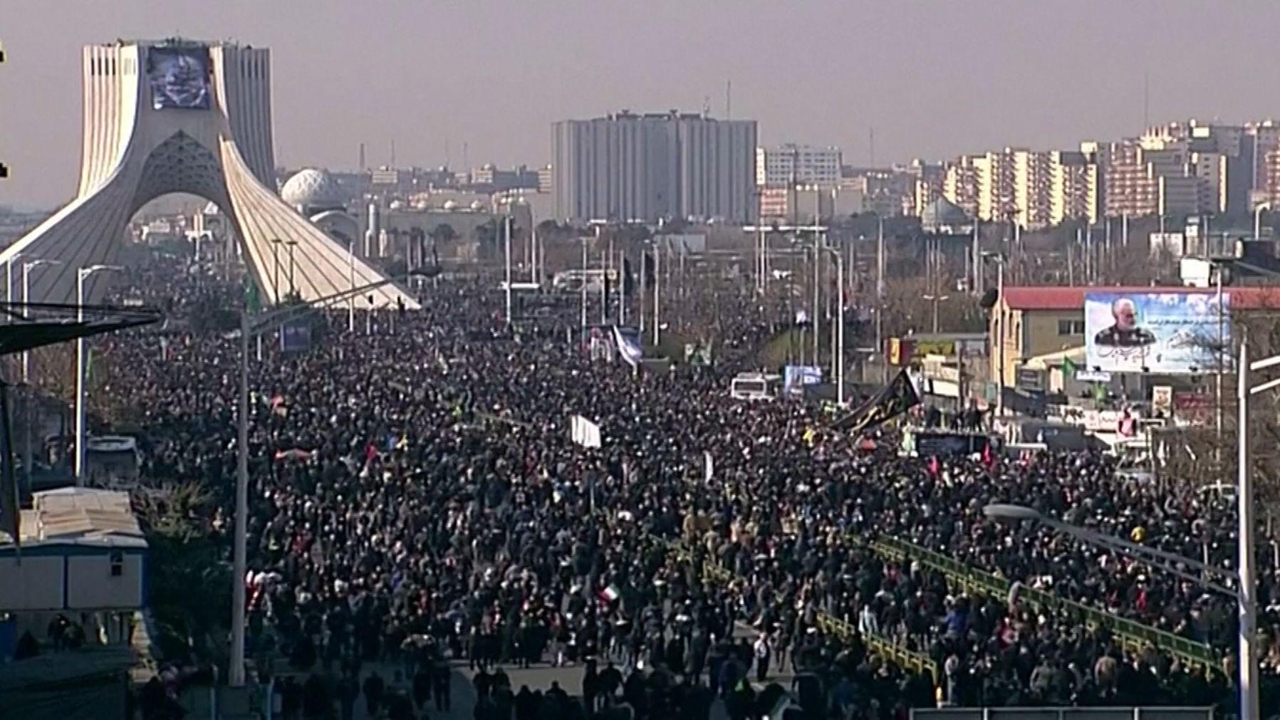 Hunderttausende bei Trauerfeier für getöteten General Soleimani