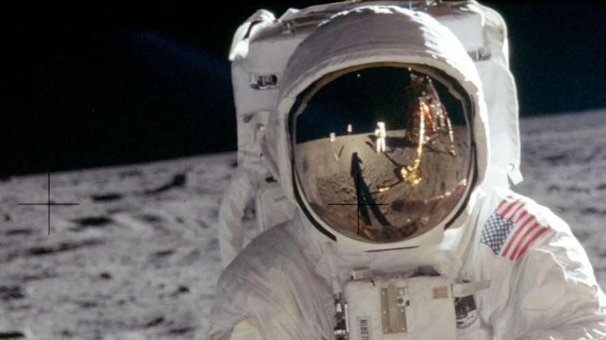 Die Bilder der ersten Mondlandung machte in erster Linie Neil Armstrong. Daher zeigen fast alle Bilder nicht ihn, sondern Edwin Buzz Aldrin, den zweiten Astronauten auf dem Mond.