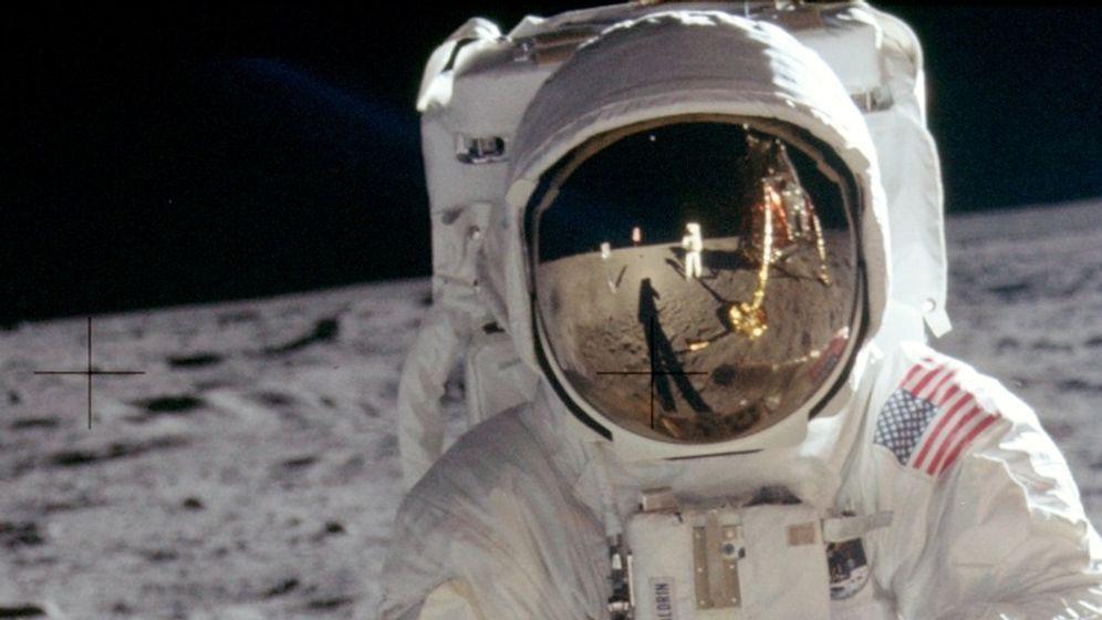 Die Bilder der ersten Mondlandung machte in erster Linie Neil Armstrong. Daher zeigen fast alle Bilder nicht ihn, sondern Edwin Buzz Aldrin, den zweiten Astronauten auf dem Mond. | Bild:NASA