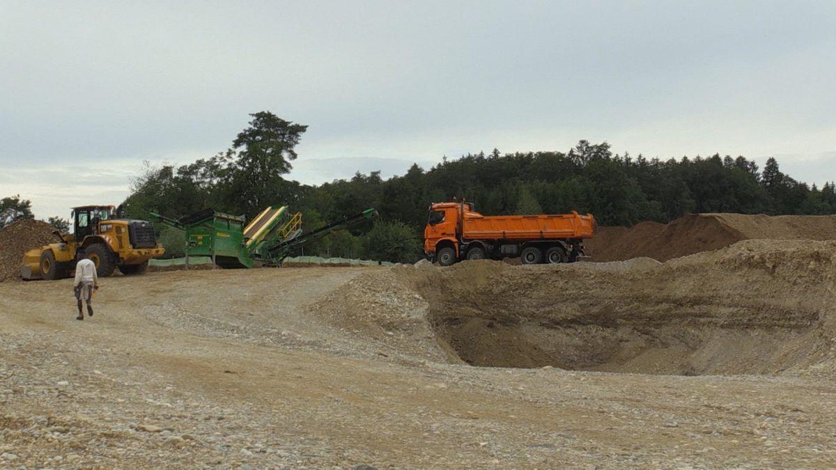 In Seeon hat ein umstrittenes Kiesabbauprojekt begonnen: Das Landratsamt hatte seine Genehmigung zwar teilweise zurückgenommen, aber seit Anfang August baggert eine Baufirma auf einem Teilstück nahe eines Naturschutzgebiets. Das sorgt für Ärger.