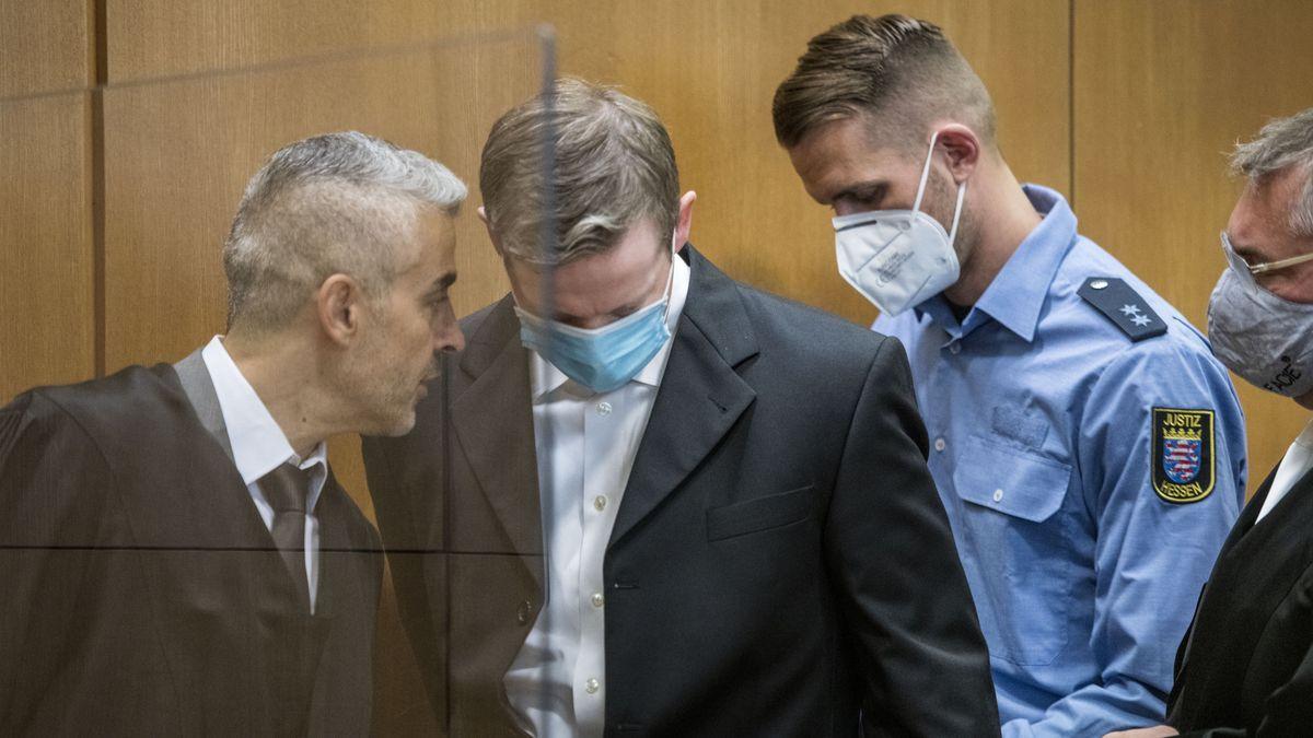 Stephan E. (2. v. l.) spricht mit seinem Anwälten Mustafa Kaplan (l.) und Frank Hannig (r.)
