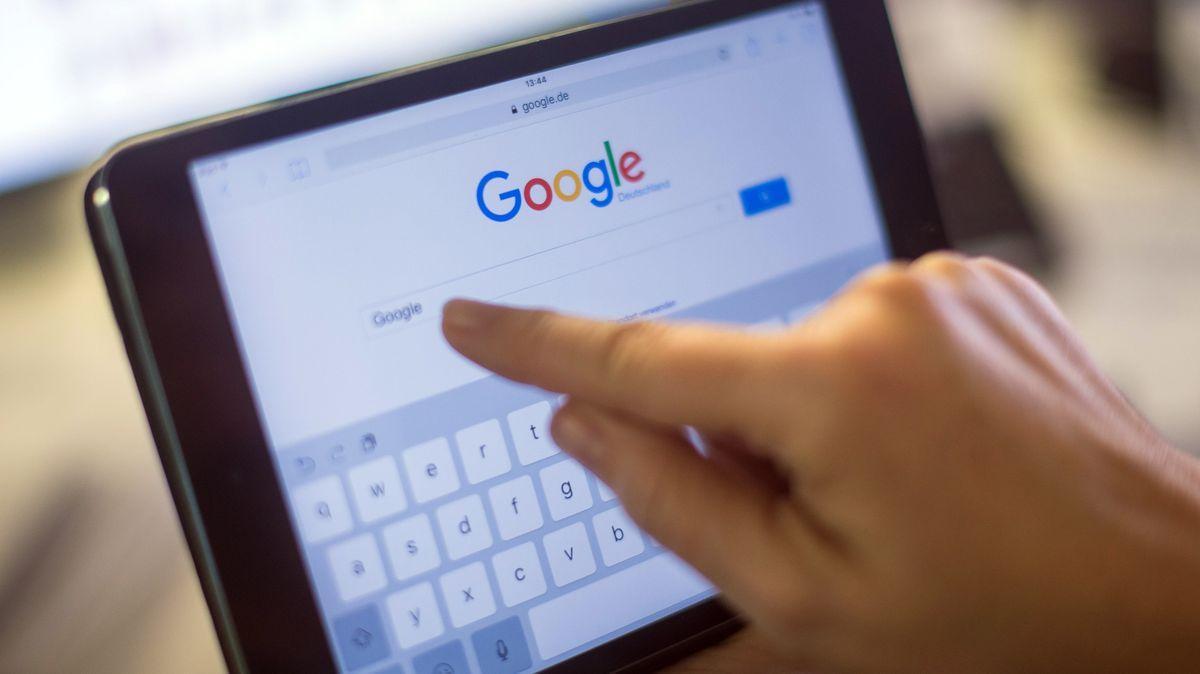 Der Google-Schriftzug und die Google-Suche auf einem iPad Mini 2