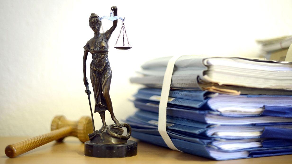 Illustration Gericht mit Justitia-Statue