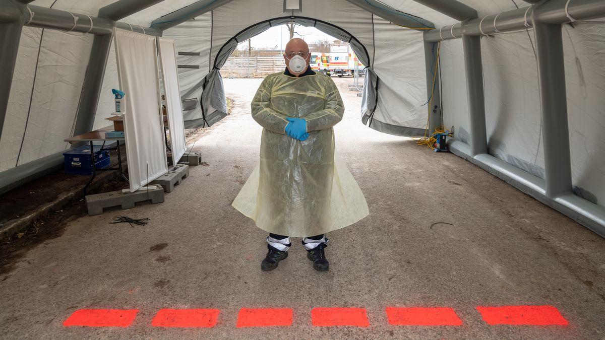 Medizinisches Personal wartet an einer neuen Drive-in-Teststation in der ehemaligen Bayern-Kaserne, die zu Corona-Tests für Reiserückkehrer eingerichtet wurde.