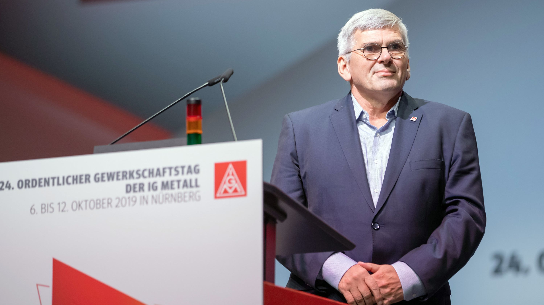Der erste Vorsitzende der IG Metall, Jörg Hofmann, steht nach seiner Wiederwahl beim Gewerkschaftstag der IG Metall am Rednerpult