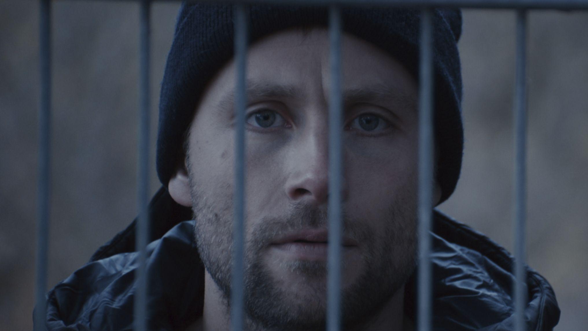 "Junger Häftling hinter Gittern: Szene aus ""Kopfplatzen"" von Savas Ceviz"