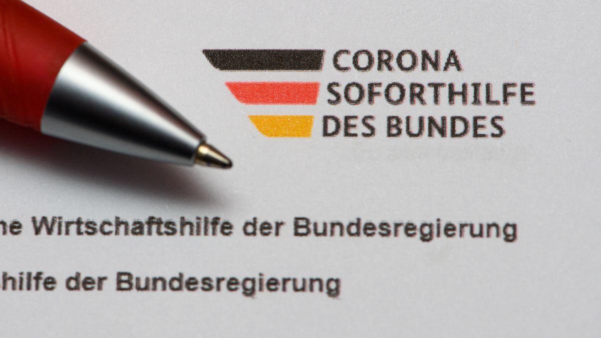 """Ein Stift liegt auf einem Antrag auf Gewährung der """"Novemberhilfe"""" als außerordentliche Wirtschaftshilfe der Bundesregierung in der Corona-Krise"""