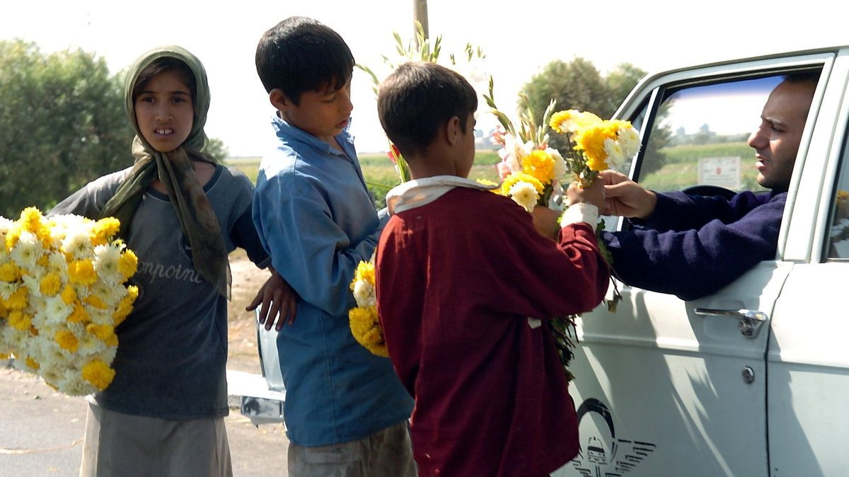 Kinder verkaufen Blumen.