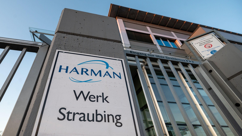 Der Eingang zum Harman Werk in Straubing
