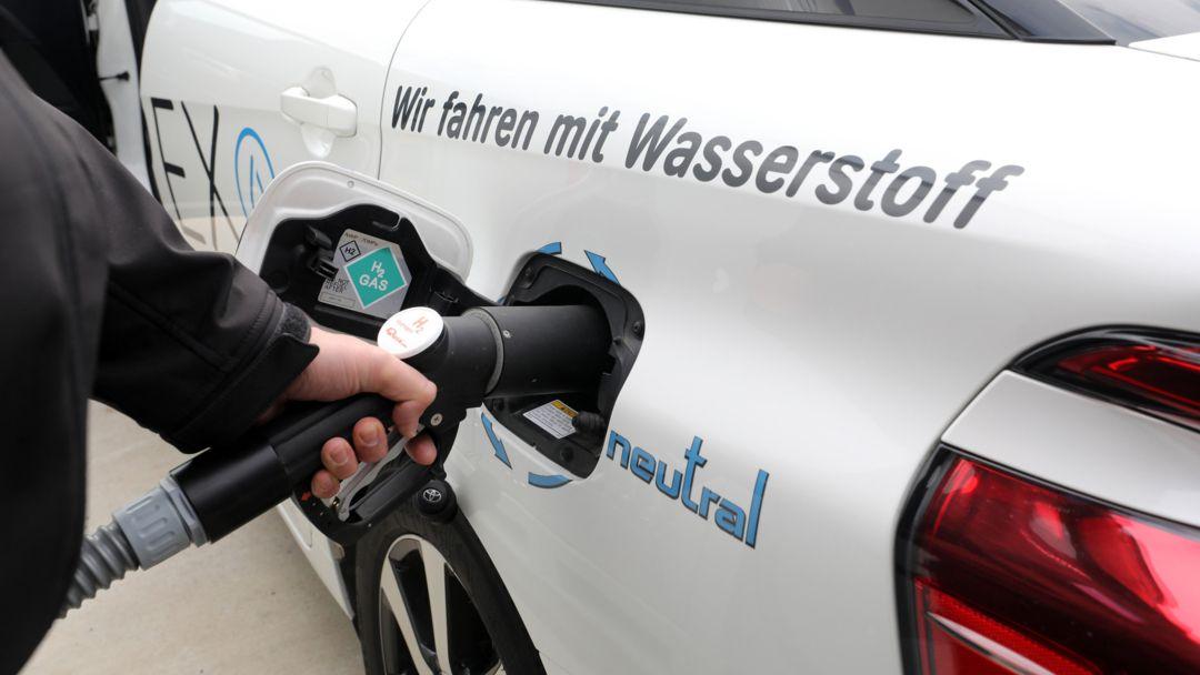 Ein Elektroauto, das seinen Strom aus Wasserstoff per Brennstoffzelle bezieht, wird betankt.