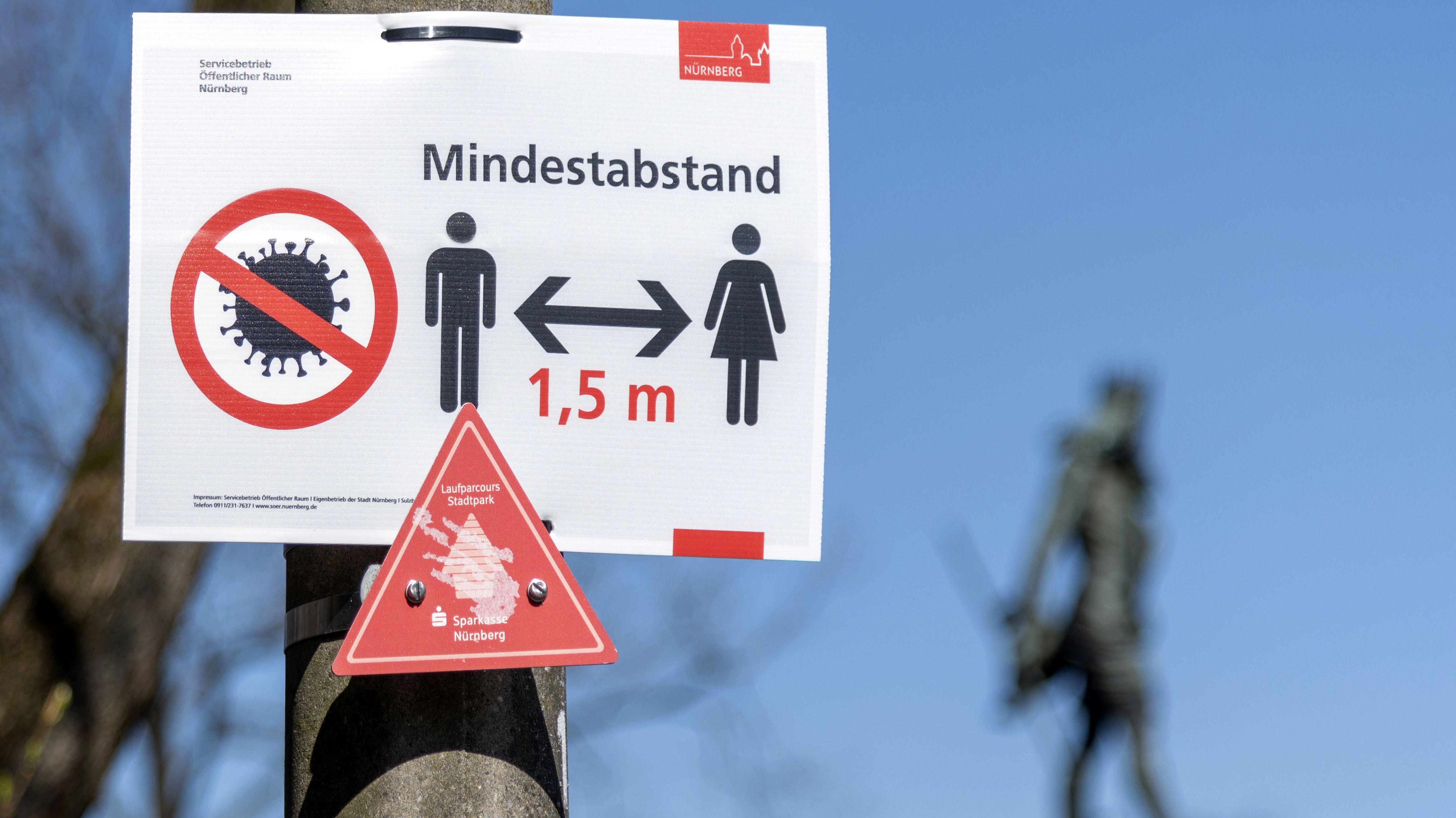 Hinweisschild zum Mindestabstand wegen der Coronakrise im Stadtpark. Nürnberg,