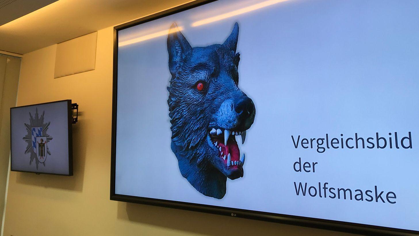 Auf einem Bildschirm im Polizeipräsidium präsentiert die Polizei ein Vergleichsbild einer Wolfsmaske.