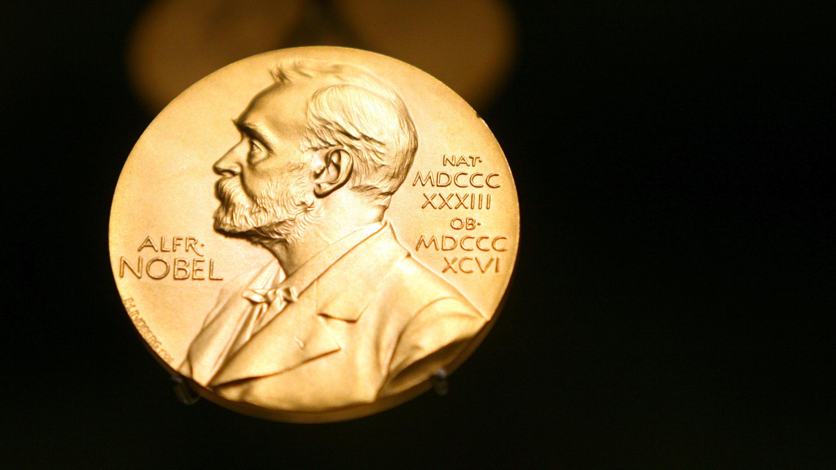 Nobelpreismedaille vor schwarzem Hintergrund (Symbolbild)
