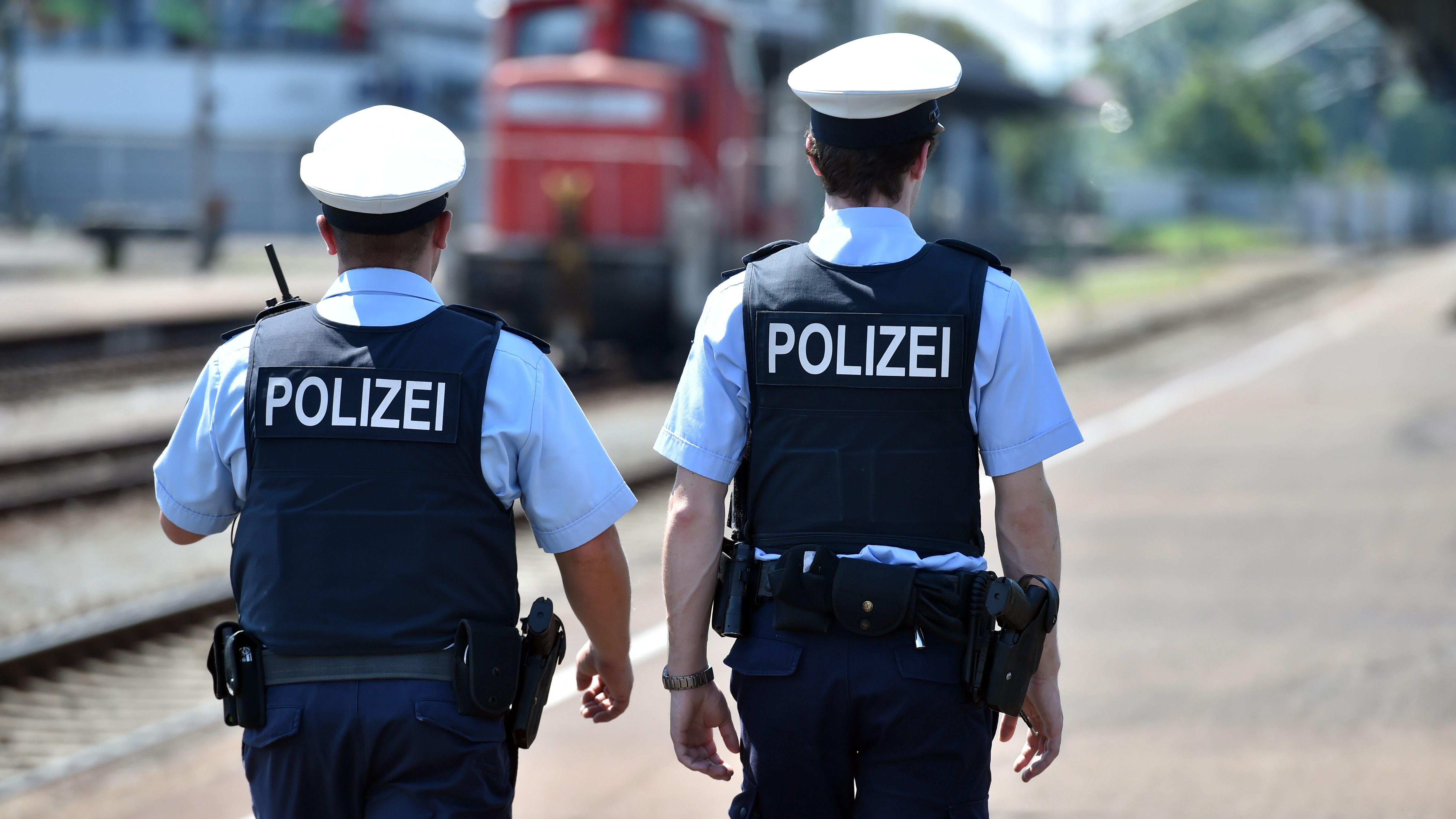 Zwei Bundespolizisten gehen auf dem Bahnhof auf Streife. (Symbolbild)