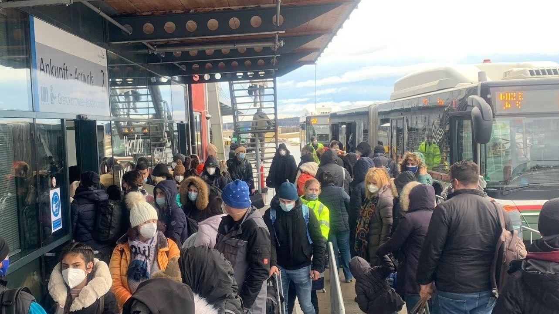 Dichtes Gedränge am Allgäu Airport sorgte für Kritik. Doch der vorgeschriebene Infektionsschutz wird laut Flughafen gewährleistet.
