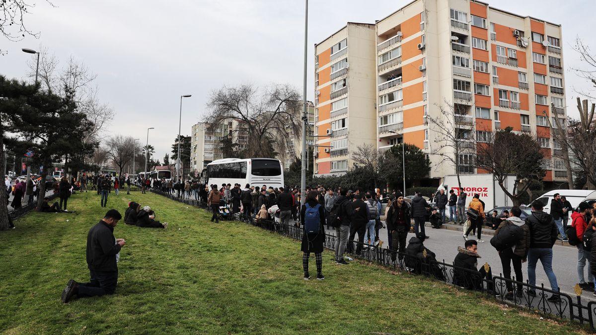 Flüchtlinge in der Türkei versammeln sich, um in Bussen nach Europa zu reisen