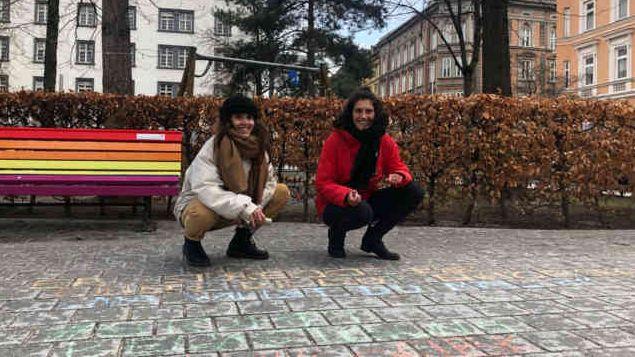 Kim Hesterberg (li) und Paula Jorge beim chalkback am Adolf-Pichler-Platz in Innsbruck.