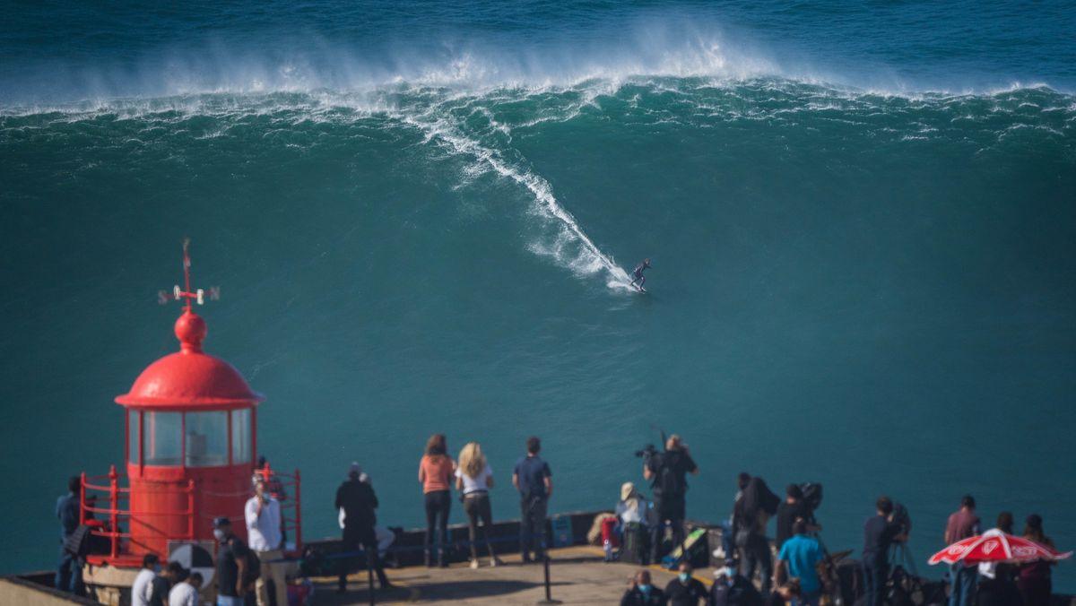Der Big-Wave-Surfer Sebastian Steudtner aus Deutschland reitet während der «Tow-Surfing-Session» am Praia do Norte oder Nordstrand auf einer großen Welle.