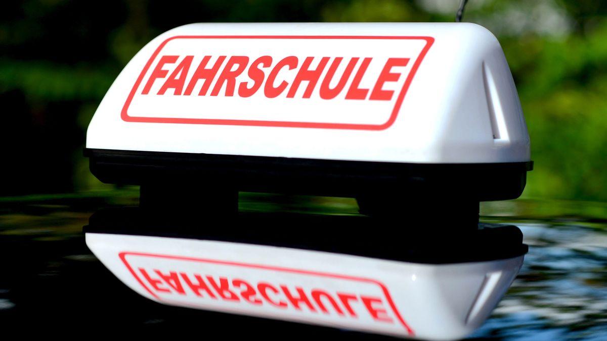 Fahrschulschild auf Fahrschulauto (Symbolbild)