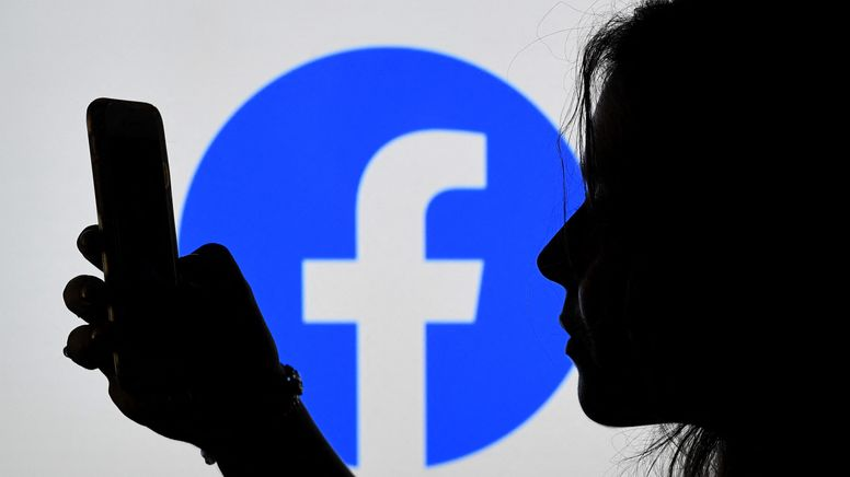 User kritisieren Plattformen wie Facebook dafür, dass sie Posts löschen oder Accounts sperren.  | Bild:Olivier Douliery / AFP
