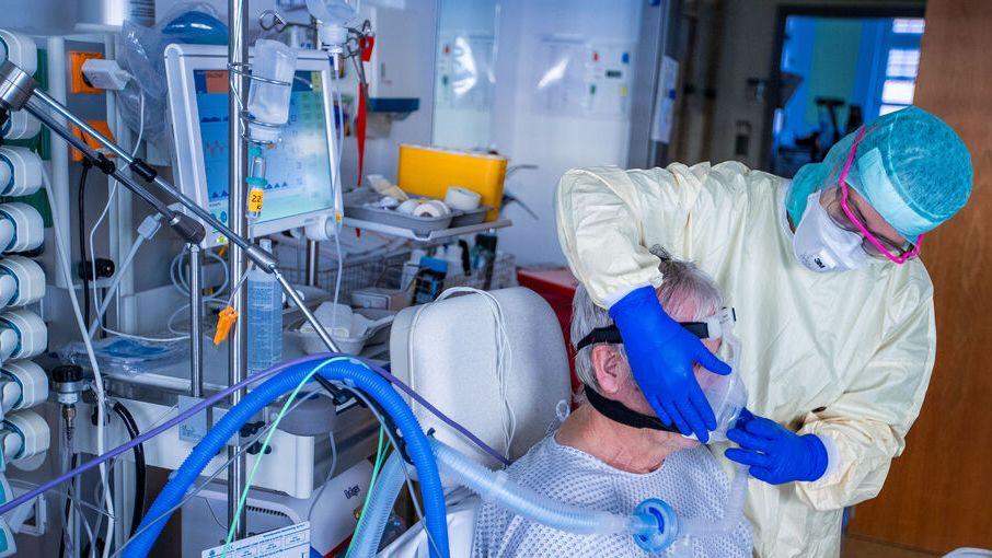 chwester Franziska Strauß setzt im besonders geschützten Teil der Intensivstation des Universitätsklinikums Greifswald einem Corona-Patienten die Beatmungsmaske auf. Binnen eines Tages haben die Gesundheitsämter in Deutschland dem Robert Koch-Institut (RKI) 22 771 Neuinfektionen übermittelt.