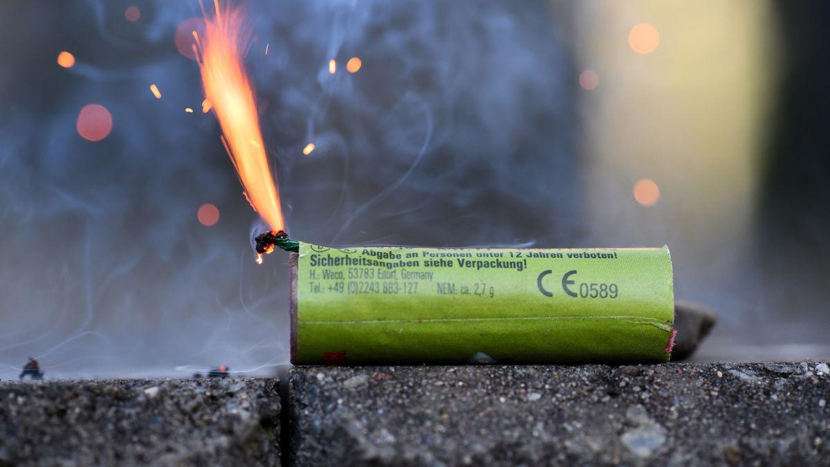 Ein Feuerwerkskörper wird abgebrannt