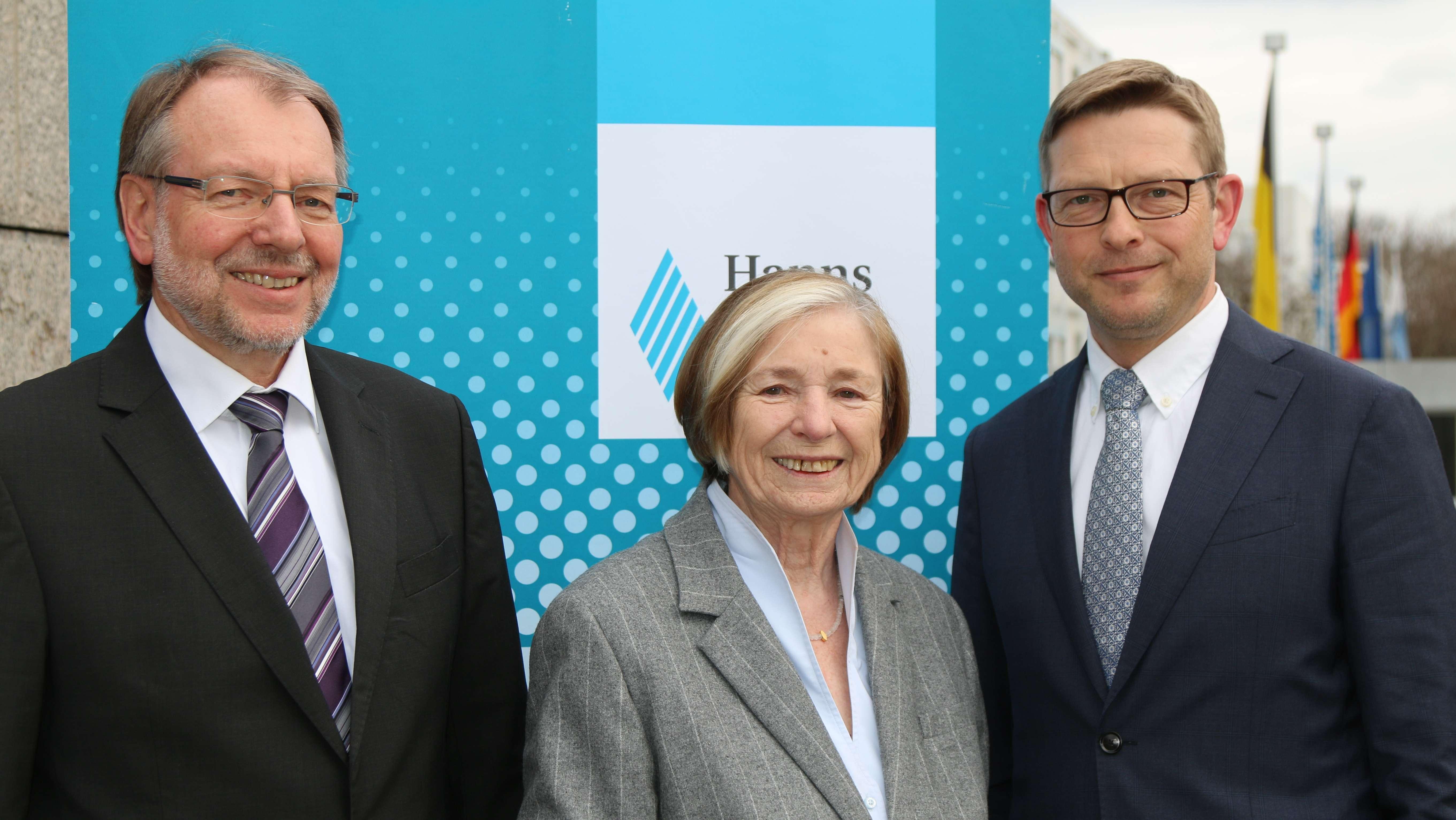 Der scheidende Generalsekretär der Hanns-Seidel-Stiftung, Dr. Peter Witterauf (links), Vorsitzende Prof. Ursula Männle, Staatsministerin a.D. (Mitte) und der kommende, neue Generalsekretär Oliver Jörg (rechts)