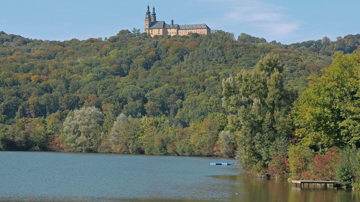 Der Reundorfer Baggersee mit Blick auf Kloster Banz