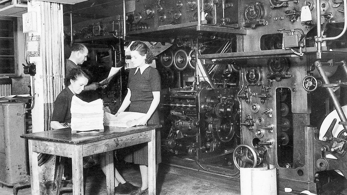 """Verlag """"Main-Echo"""", Kirsch & Co, GmbH, Frauen an der Zeitungs-Rotationsmaschine VOMAG Verlagsarchiv 1950"""