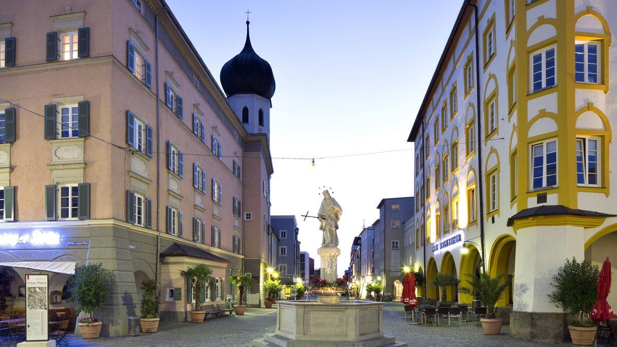 Historische Wohn- und Geschäftshäuser am Max-Josefs-Platz und Nepomukbrunnen in Rosenheim.