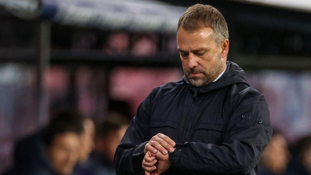 FC Bayern-Trainer Hansi Flick schaut auf die Uhr.