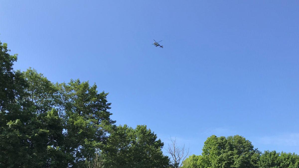Ein Hubschrauber sucht das Regensburger Stadtgebiet nach einem mutmaßlichen Sexualstraftäter ab
