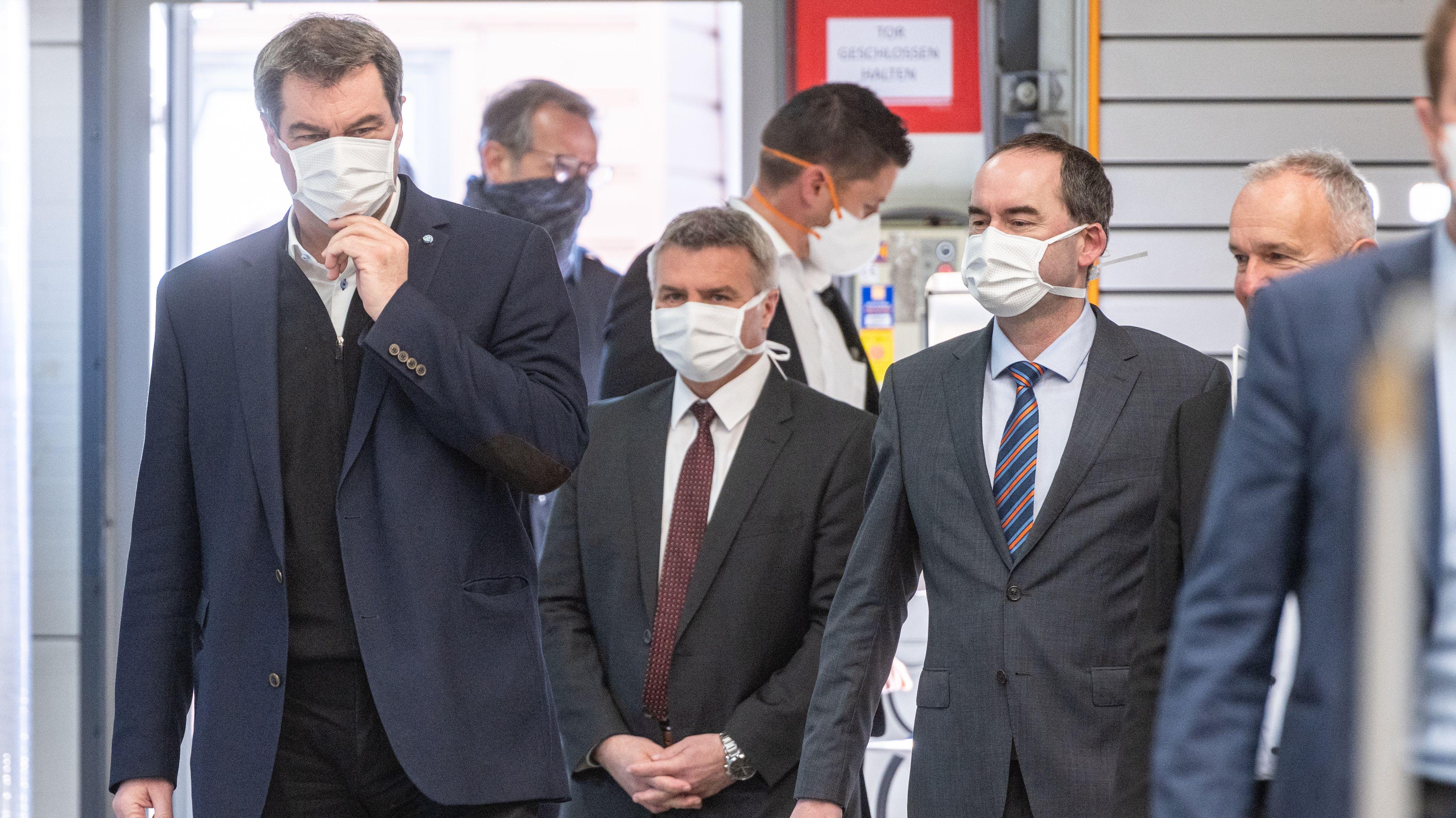 Ministerpräsident Söder (CSU (li.) bei der Maskenproduktion in Weng (Lkr. Landshut)
