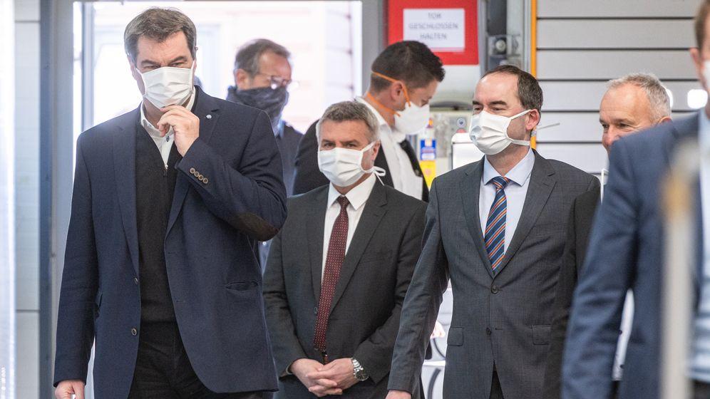 Ministerpräsident Söder (CSU (li.) bei der Maskenproduktion in Weng (Lkr. Landshut) | Bild:Armin Weigel/dpa