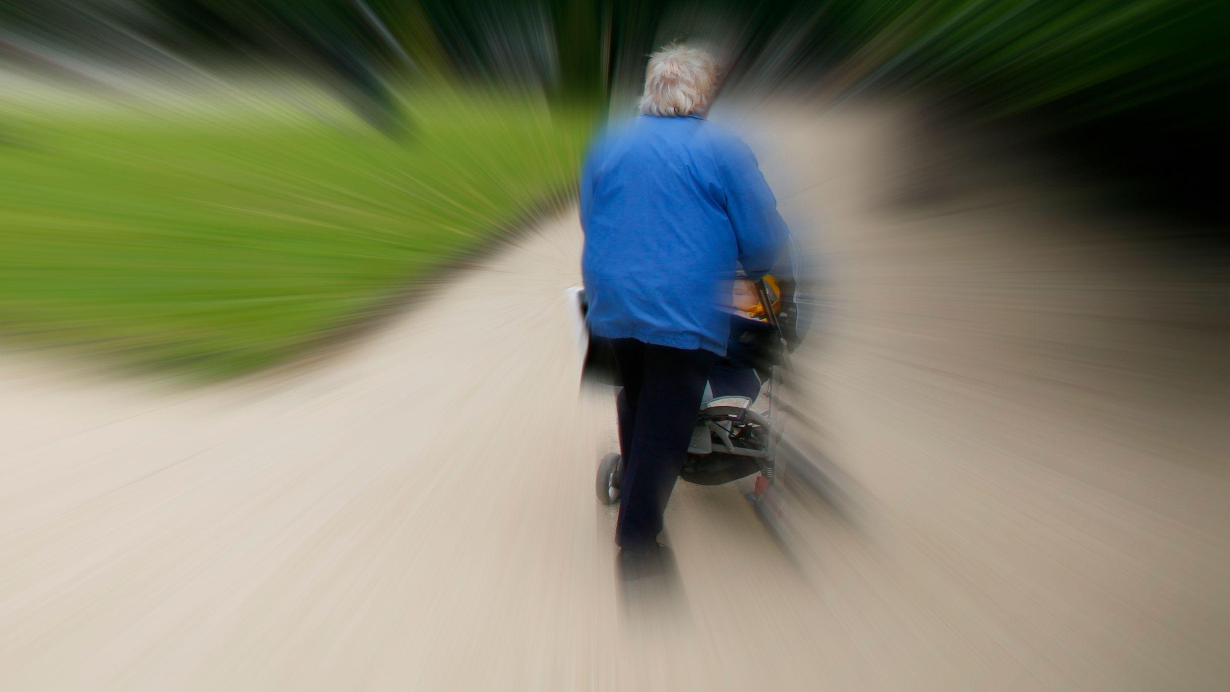 Mann mit Kinderwagen (Symbolbild)