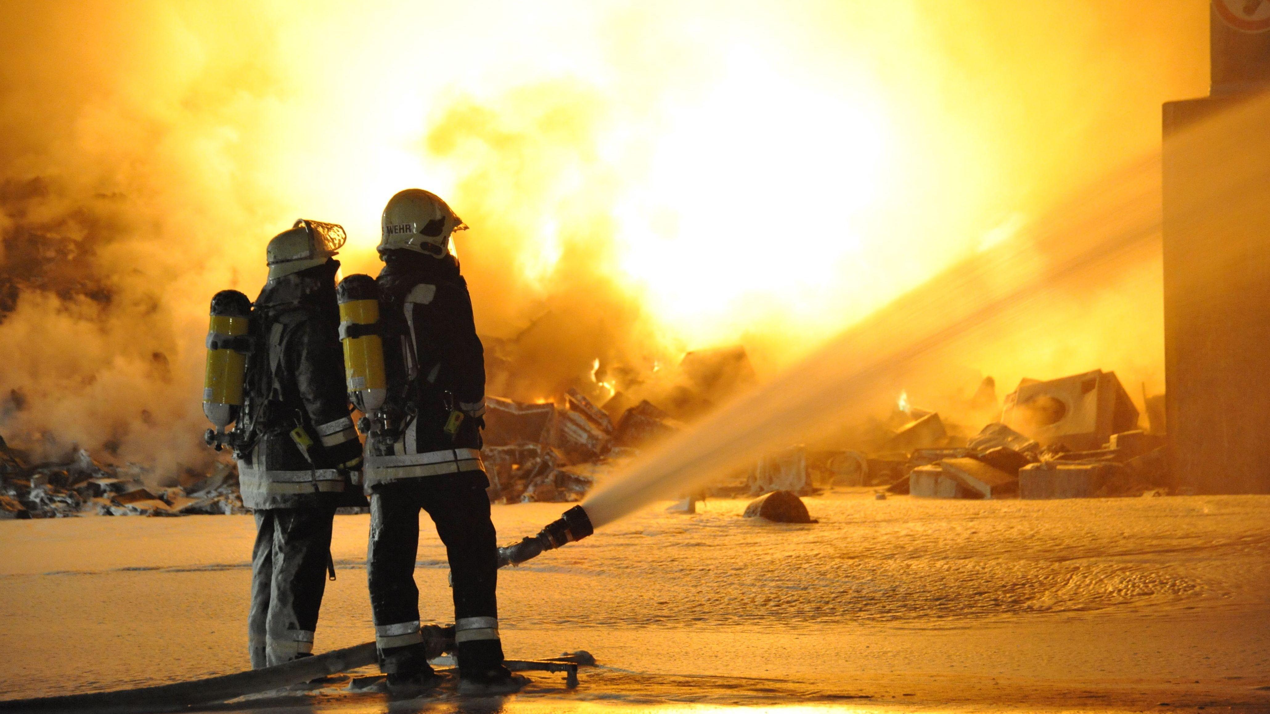 Archivbild aus dem Jahr 2010. Damals hatte es in der Recyclinganlage in Wörth an der Isar (Niederbayern)gebrannt. 150 Einsatzkräfte waren tätig.