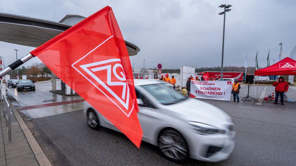 Im Vordergrund die Flagge der IG Metall, dahinter ein Auto auf dem Gelände des BMW-Werks Wackersdorf