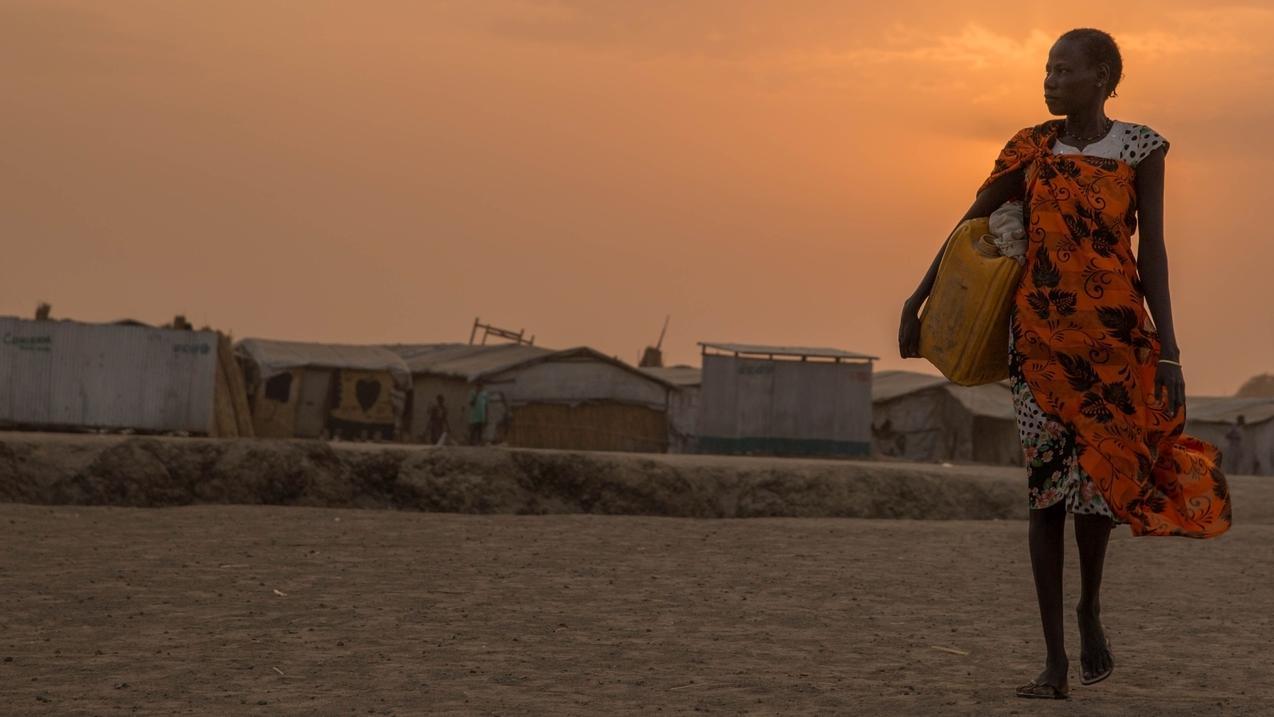 Welthunger-Index 2018: Im Südsudan sind Frauen früh unterwegs, um Wasser von der Quelle zu holen und Lebensmittel von der Welthungerhilfe abzuholen.