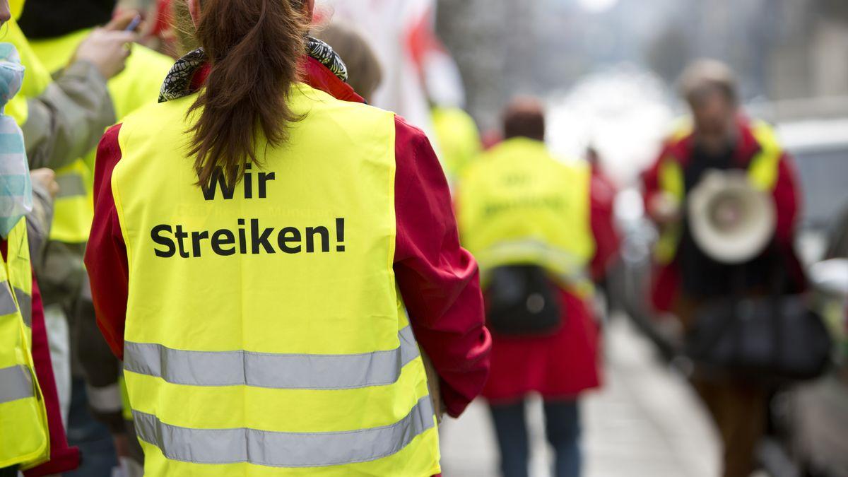 Streikende auf der Straße (Symbolbild)