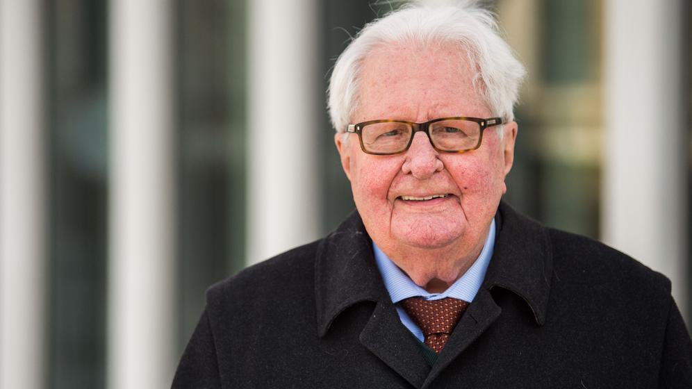 Der ehemalige SPD-Chef Hans-Jochen Vogel schaut in die Kamera.  | Bild:dpa