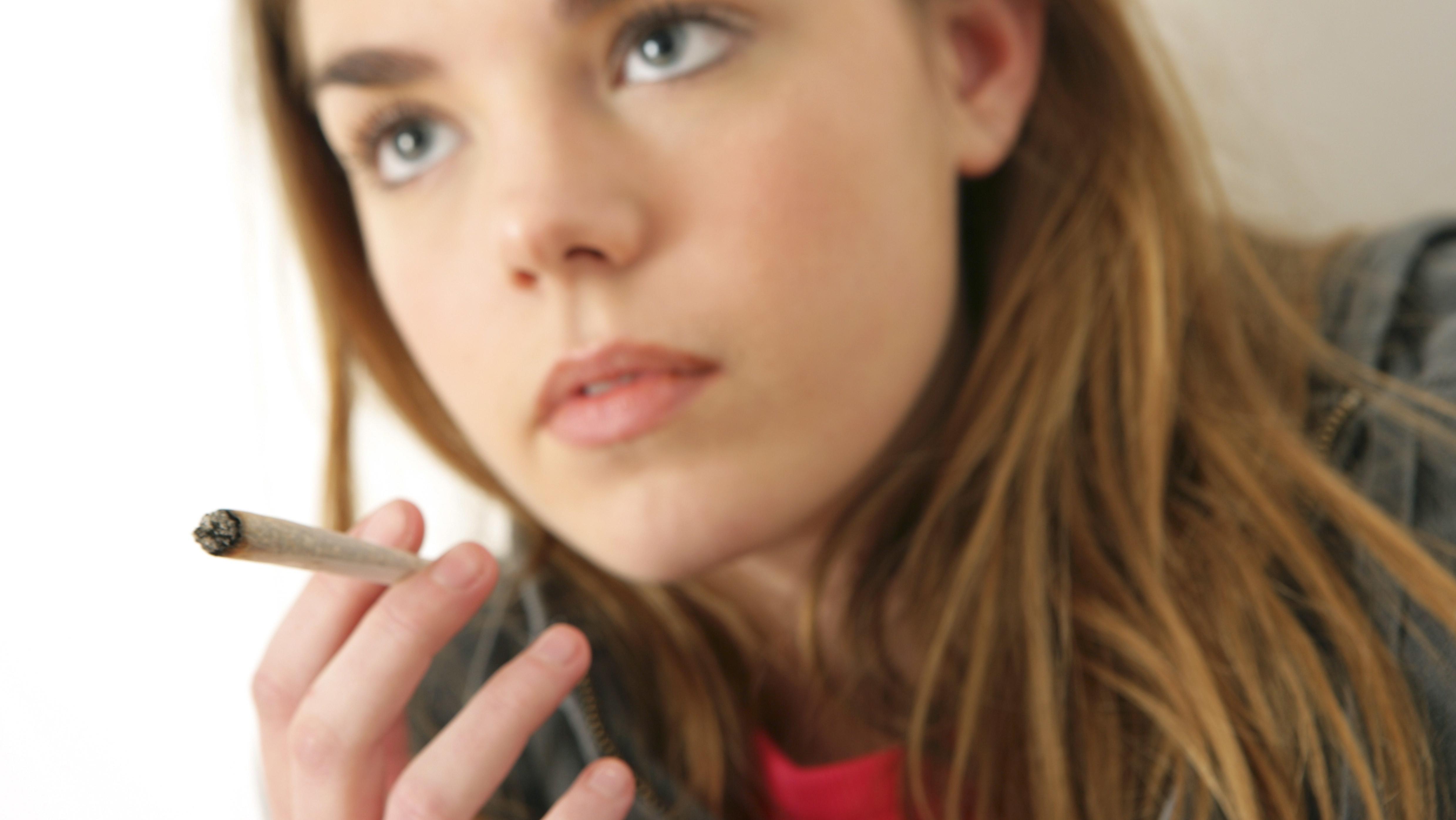 Jugendliche raucht einen Joint. Nach einer Studie der Bundeszentrale für gesundheitliche Aufklärung (BZgA) konsumieren immer mehr Zwölf- bis 25-Jährige Cannabis.