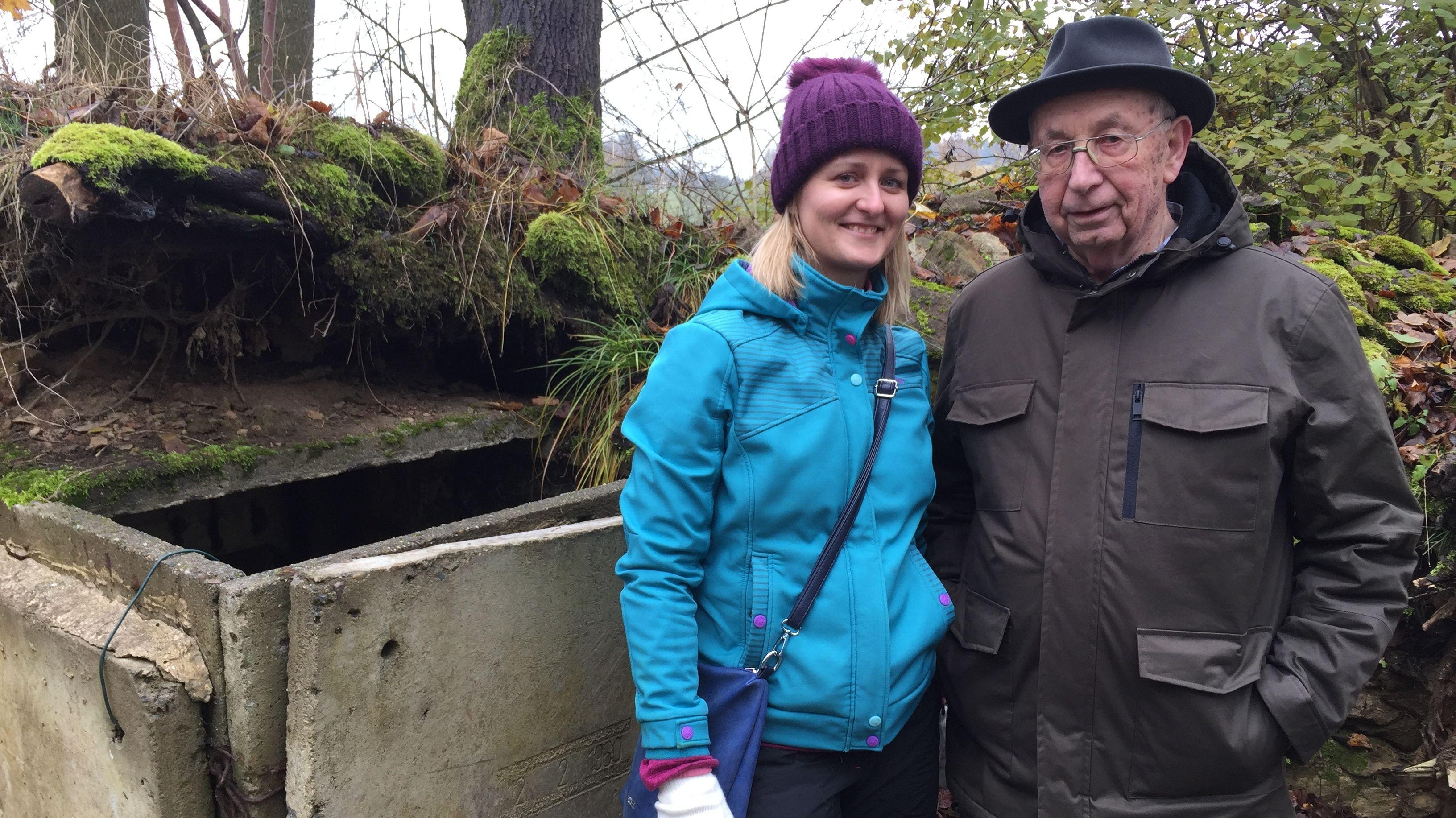 Projektleiterin Suzanna Langpaulova und der Heimatvertriebene Hans Laubmeier vor den Überresten eines Überwachungsbunkers.